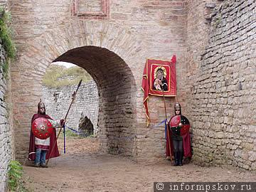 19 октября 2004 года. Отреставрированные Георгиевские ворота Никольского захаба в Изборске