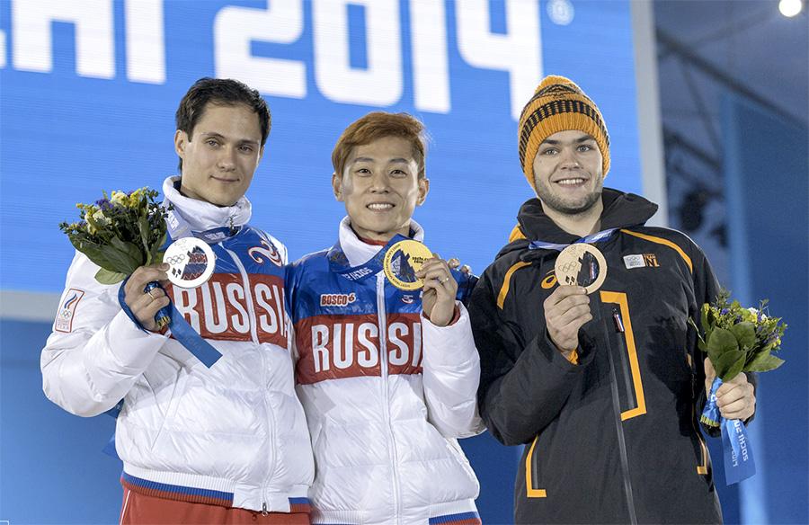 На фото в центре: Виктор Ан, приносящий теперь уже российской сборной золотые медали