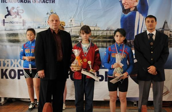 На фото: награждение победителей в весовой категории до 48 кг