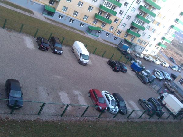 Даже в 9 часов утра парковка не  пустует