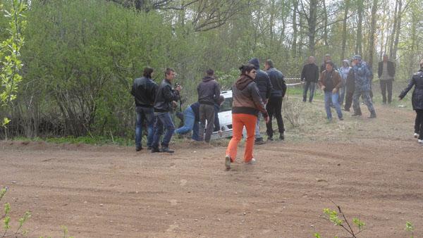 На фото: зрители помогают экипажу выехать из кювета
