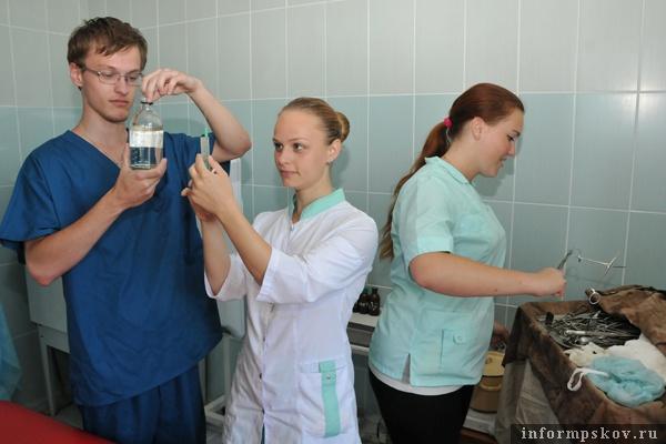 На фото: члены студенческого медицинского отряда «Скворец» осваивают практические навыки медицинской профессии