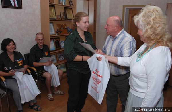 На фото: Николай Федотов вручает Благодарность члену студенческого медицинского отряда «Скворец» Майе Родионовой