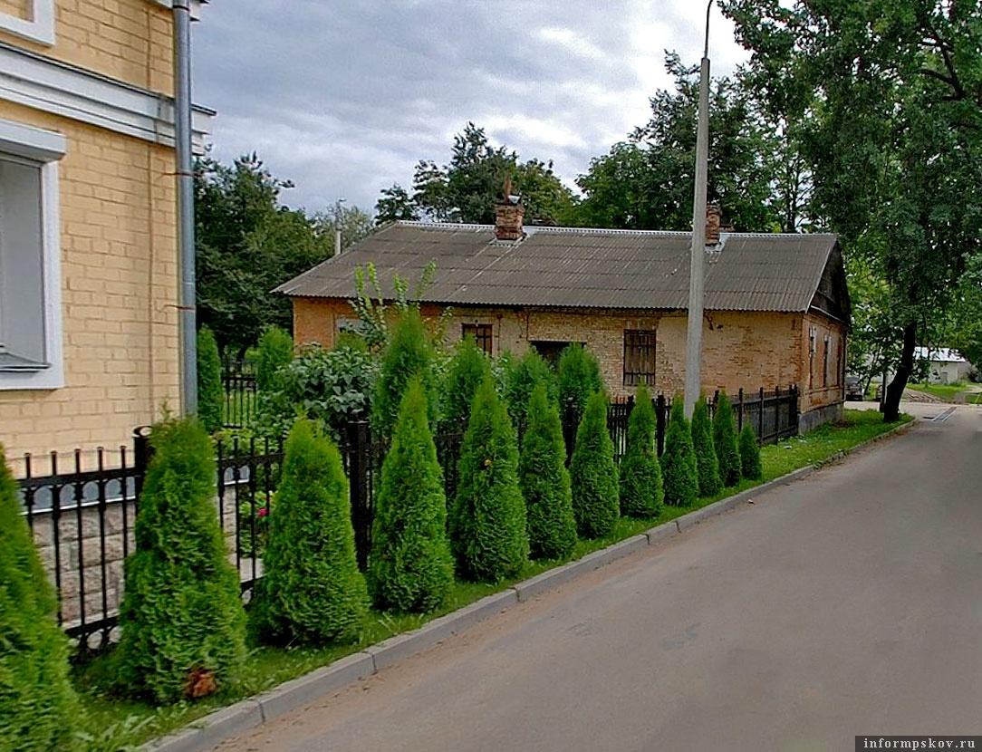 Дом кузнеца находится прямо напротив Покровской башни