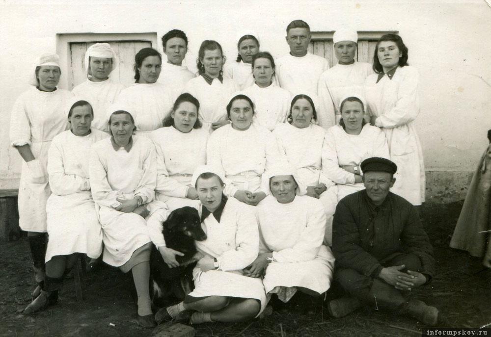Коллектив Быстроникольской больницы. 1954-й год. Анна тарасовна – пятая слева во втором ряду