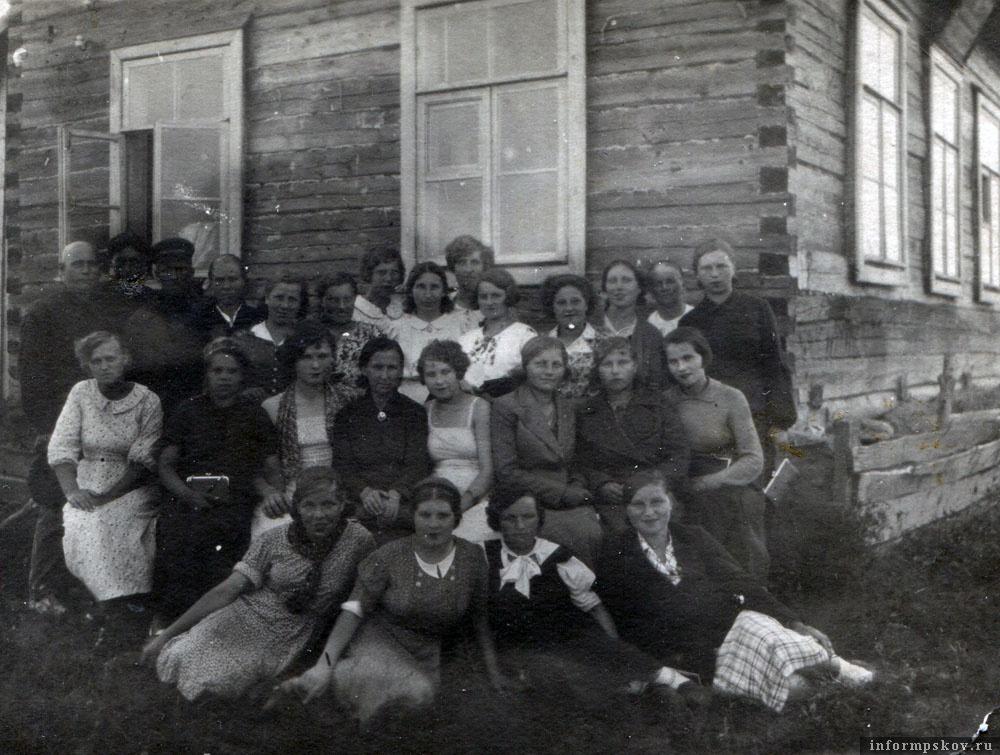 Коллектив Славитинской советской больницы у административного здания.  Бабушка – восьмая слева в верхнем ряду