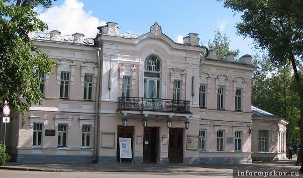 На фото: театр до реставрации (фото с rutraveller.ru)
