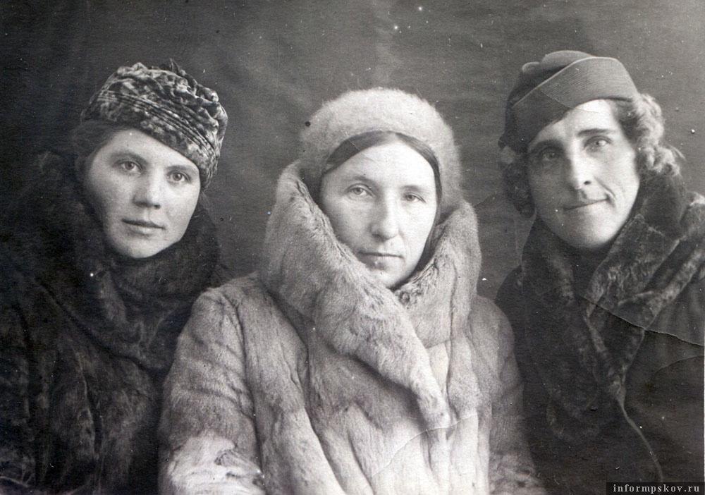Та же троица, что и на предыдущем фото. Анна Тарасовна в центре