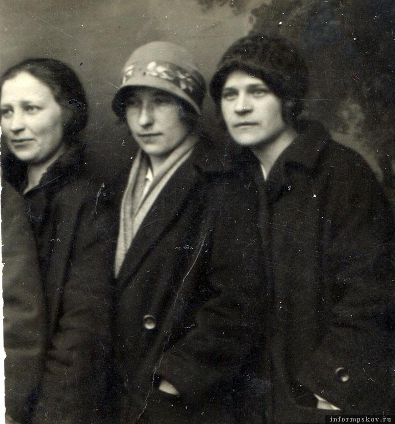 Ленинград, 6 мая 1928 года. Студенты-медики. Анна Тарасовна в центре