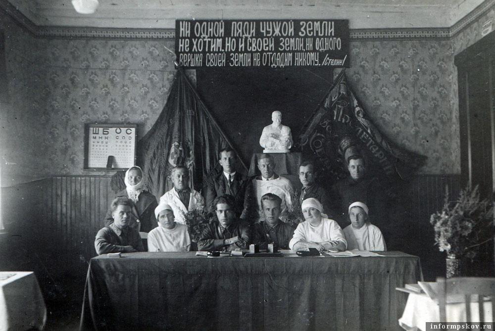 Районная призывная комиссия. Г. Волот. Май 1941-го. Анна Тарасовна крайняя справа в первом ряду