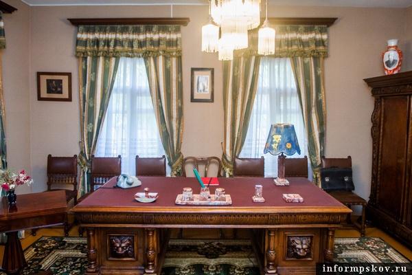 На фото: стол, за которым работал академик