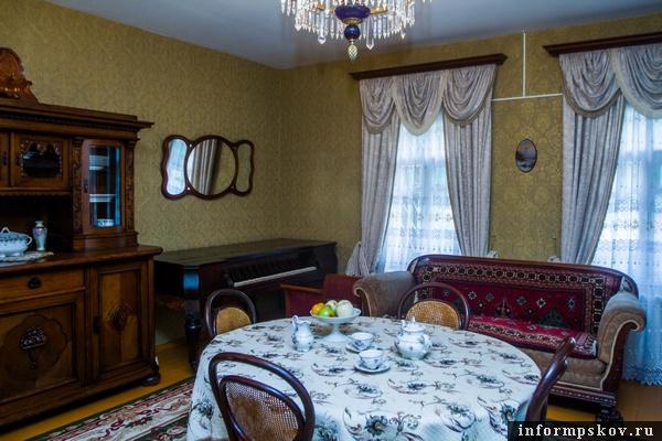 На фото: часть гостиной в доме академика