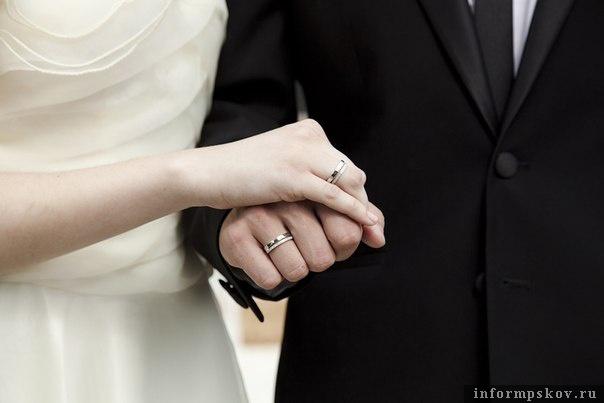 6d9f327f6dde Традиционное обручальное кольцо — гладкое золотое. Но сейчас все больше  молодых пар выбирают для свадебного ритуала обручальные кольца, в дизайне  которых ...