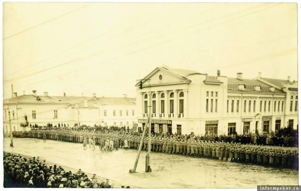 На фото: Немецкий парад в Пскове в марте 1918 года