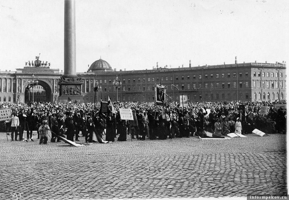 На фото: Манифестация в столице империи 2 августа 1914 года