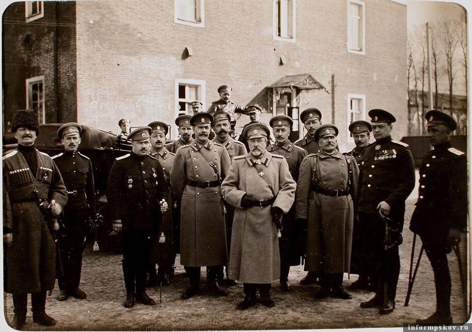 На фото: Генерал Куропаткин с летчиками Северного фронта