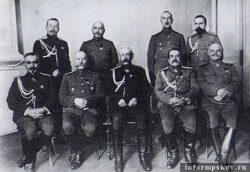 На фото: Общий снимок руководителей армиями и управлениями Северного Фронта (1916 год)