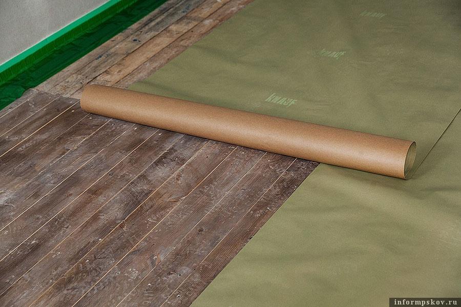 Подготовка основания для заливки самовыравнивающейся стяжки с помощью специальной подкладочной бумаги Knauf