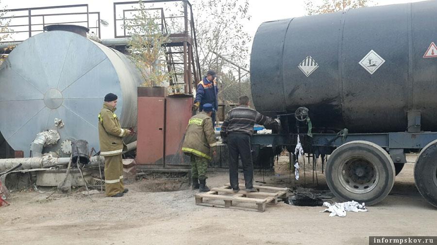 Слив битума на асфальтном заводе в посёлке Подборовье