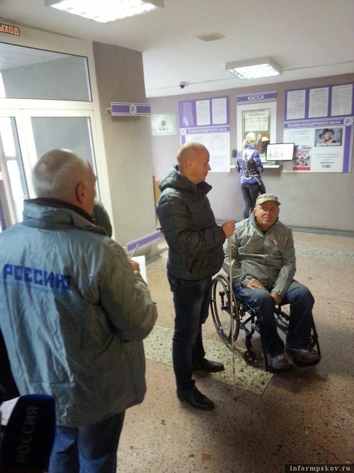 Инвалид-колясочник Фёдор Постнов вместе с общественниками из ОНФ проверял доступность для инвалидов Псковской филармонии и нашёл там множество нарушений