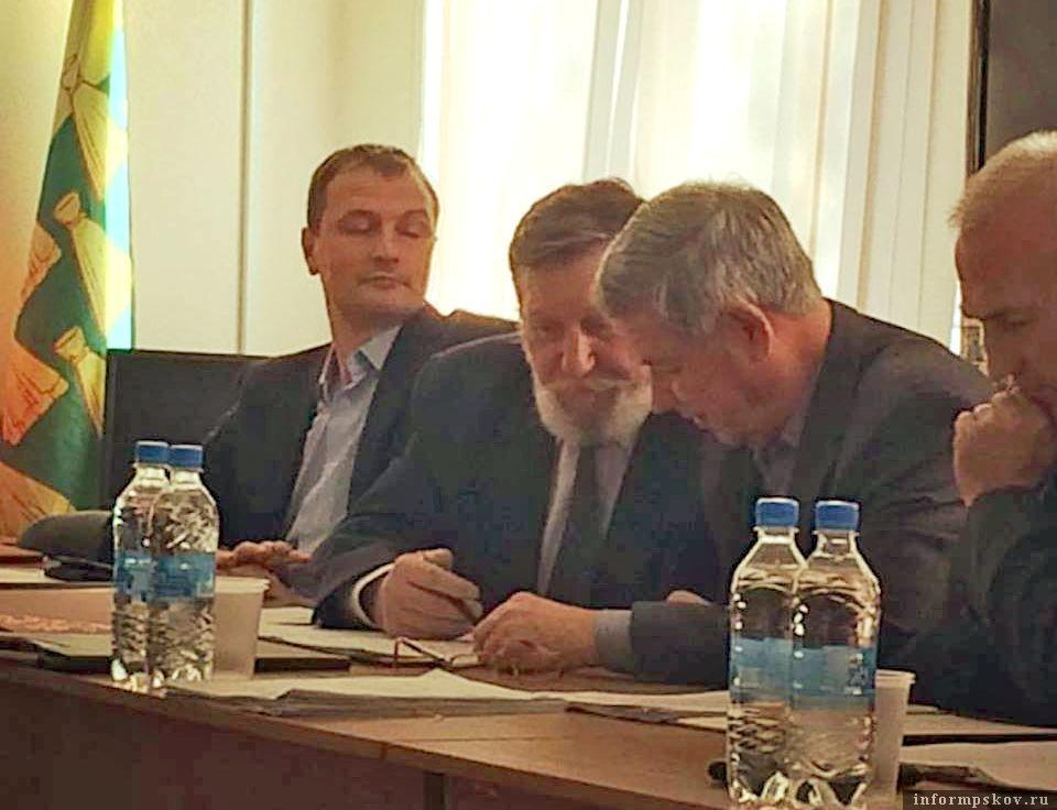 На сессии присутствовали в качестве депутатов и Малов (крайний слева) и Уралов (третий слева)