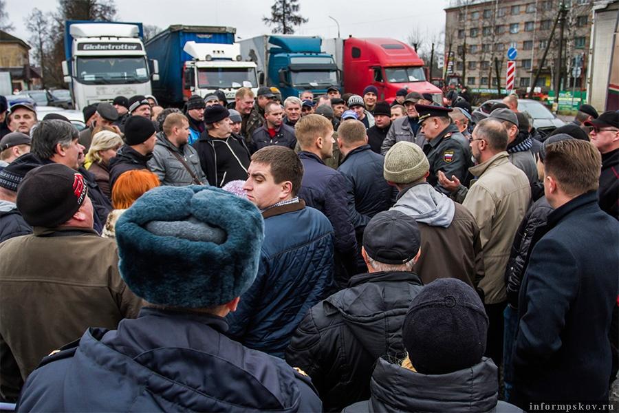 16 ноября из-за сбоя системы псковские дальнобойщики устроили первую акцию протеста