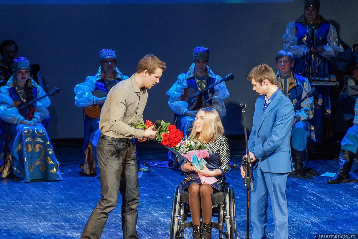 На фото: Илья Кучеров поздравляет Александру Васильеву с победой