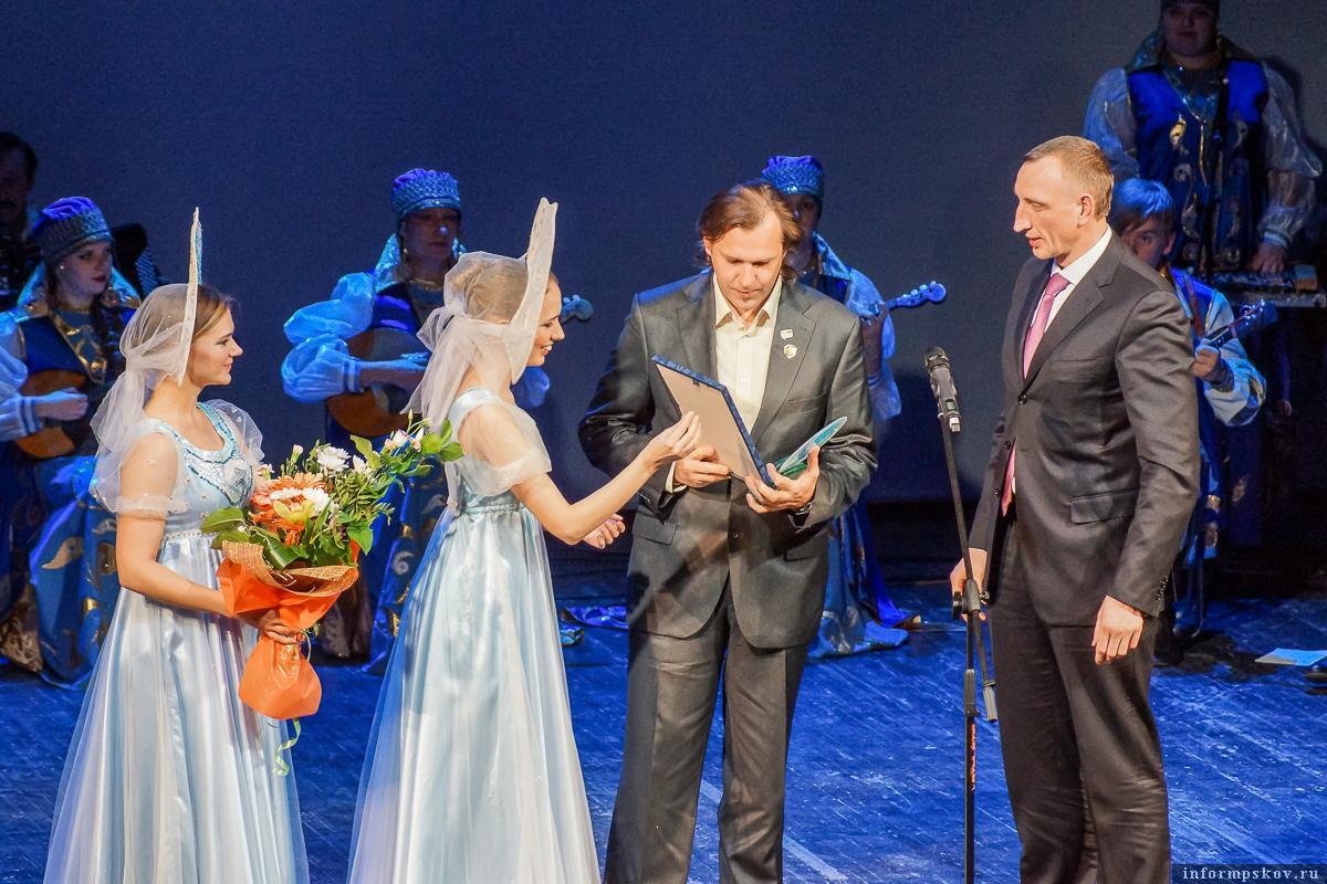 На фото: Александр Козловский вручает награду Полистовскому заповеднику