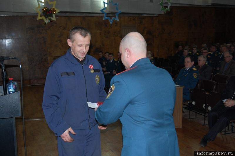 На фото: Артур Пииримяги во время вручения ведомственной награды МЧС