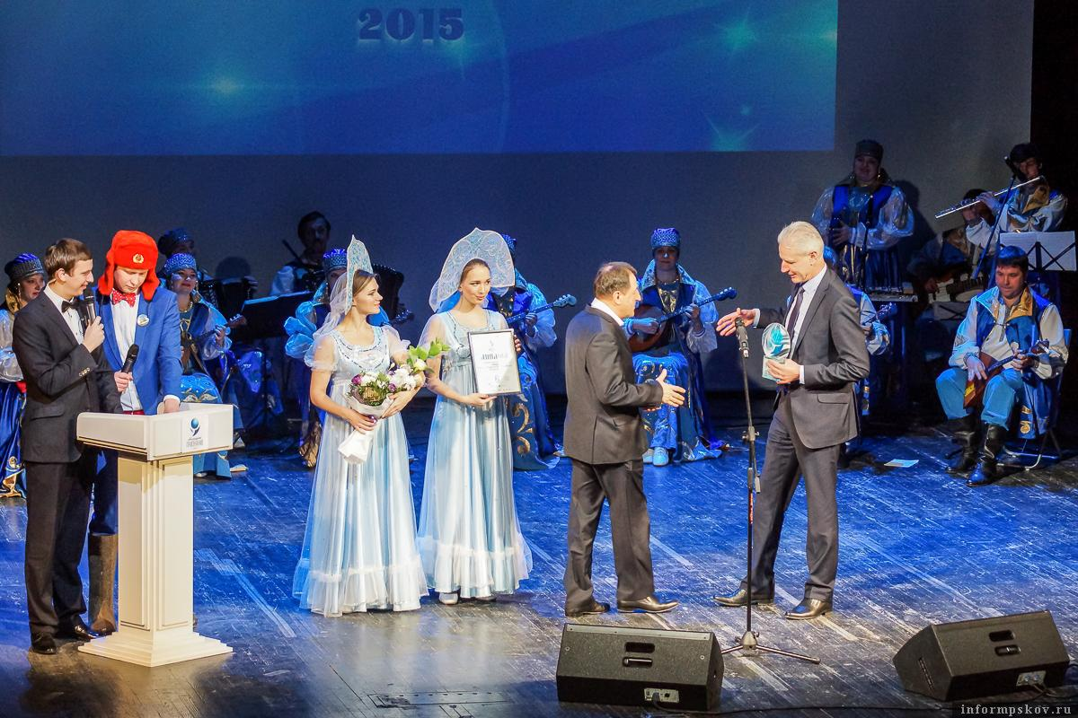 На фото: председатель Псковского областного Собрания Александр Котов вручает награду Николаю Загорую