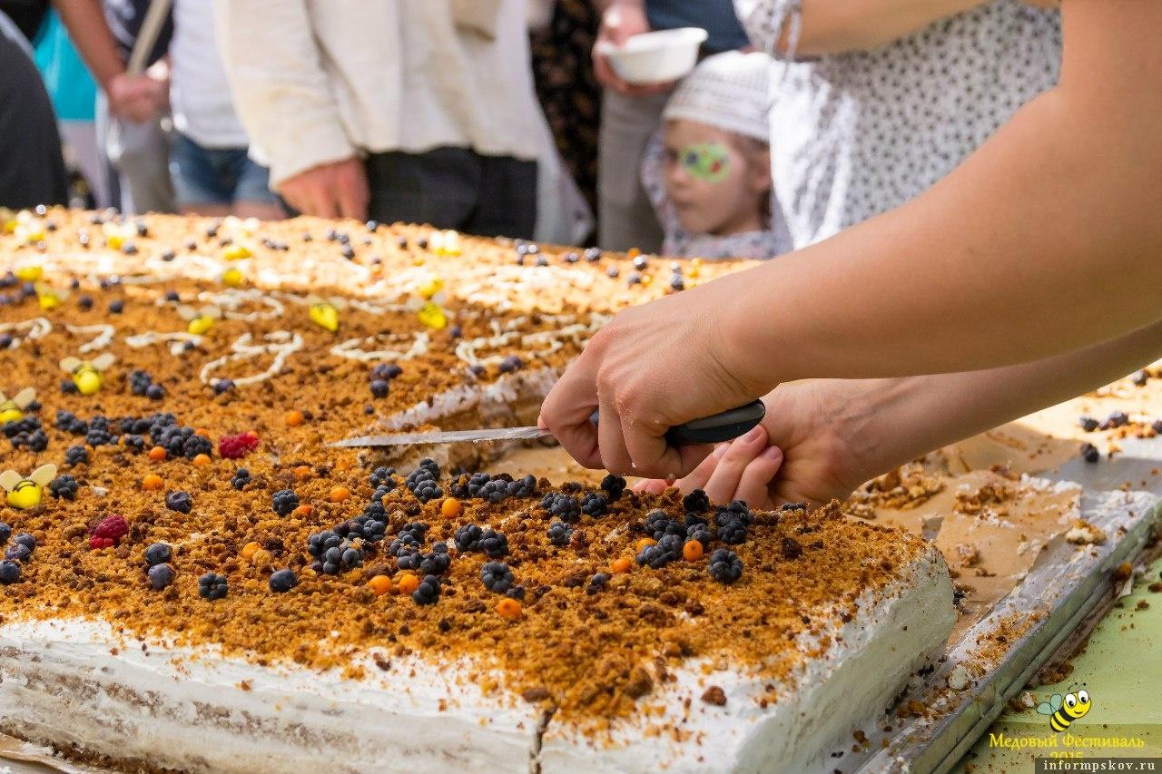 На фото: гигантский торт на Медовом фестивале-2015