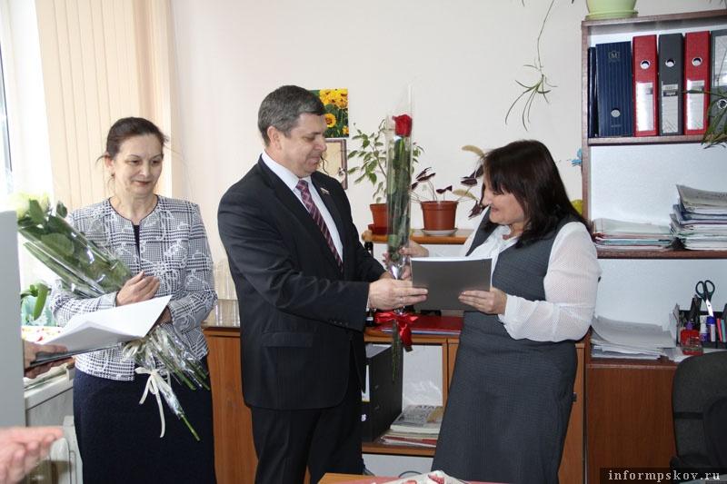 На фото: Игорь Сиротин поздравляет Жанну Ильину