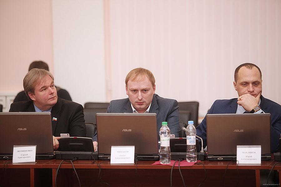 Антон Минаков (в центре)