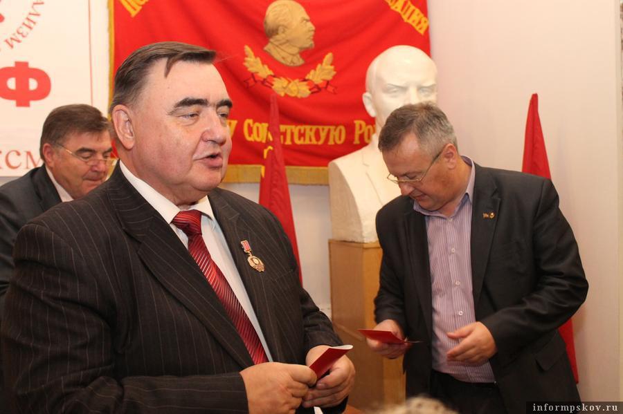 В 2012-м Рогов (справа) сменил Никитина (слева) во главе псковского обкома КПРФ