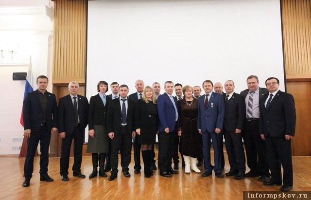 На фото: члены новой Избирательной комиссии Псковской области после первого заседания вместе с членом Центральной избирательной комиссии России Александром Клюкиным.