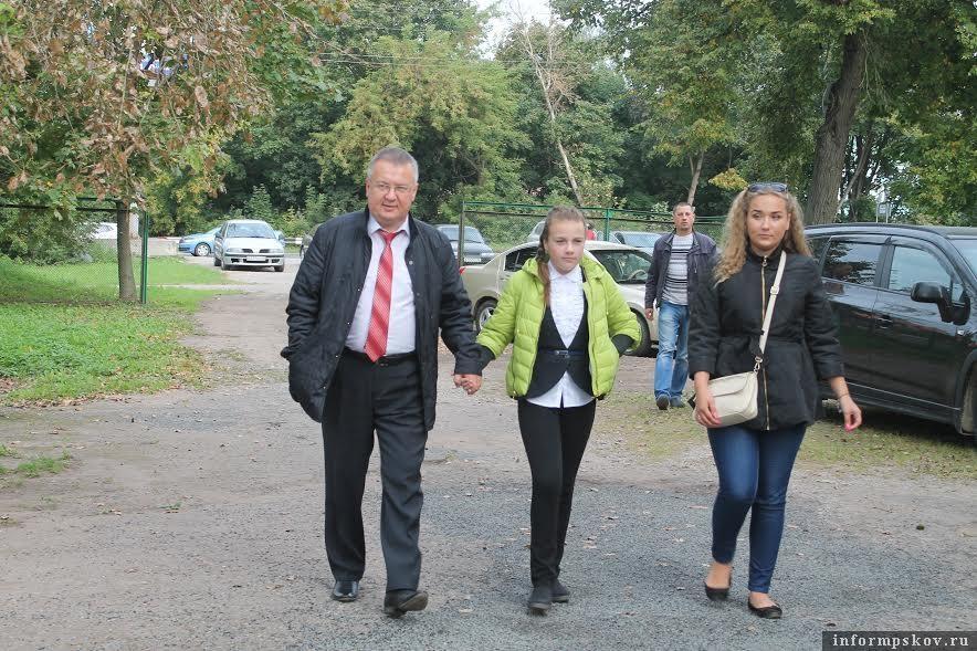 Александр Рогов 18 сентября 2016 года с дочерьми идёт на избирательный участок