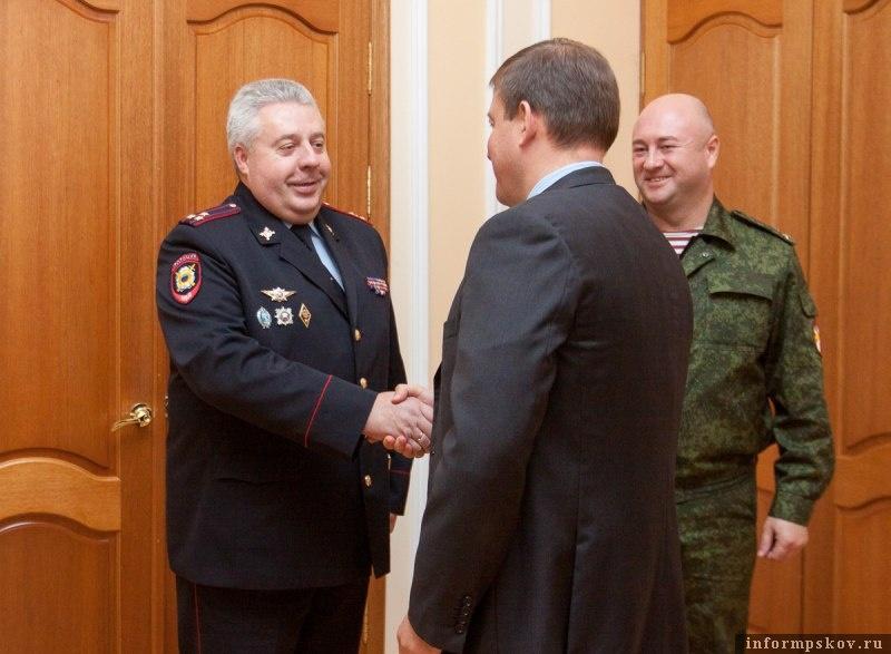На фото: Игоря Иванова представляют губернатору Псковской области Андрею Турчаку