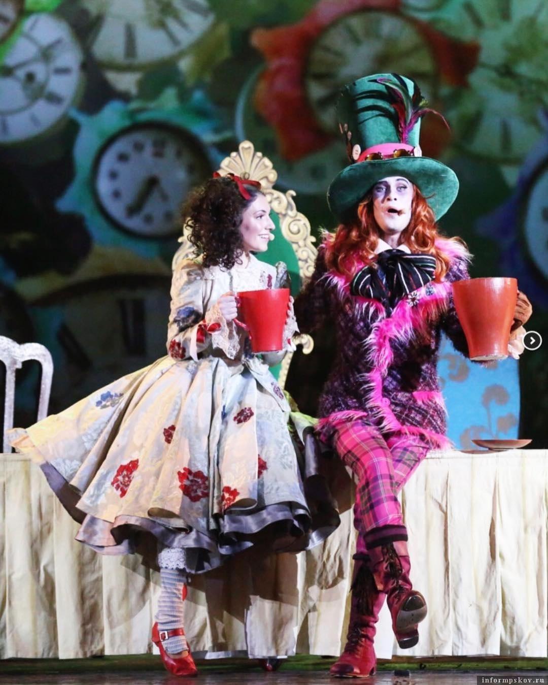 Сказочные герои великолепного мюзикла «Алиса в стране чудес». Все костюмы героев созданы по эскизам ALINAGERMAN