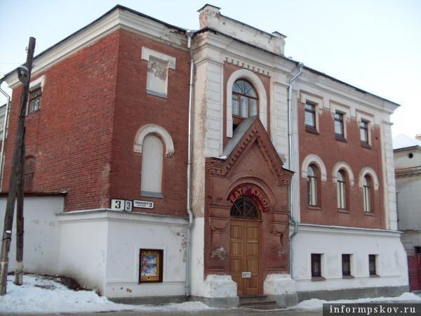 На фото: здание на Конной, 3 в Пскове