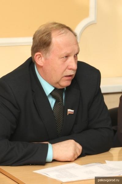 На общественных слушаниях проект изменений в Устав Пскова презентовал Валерий Лесников