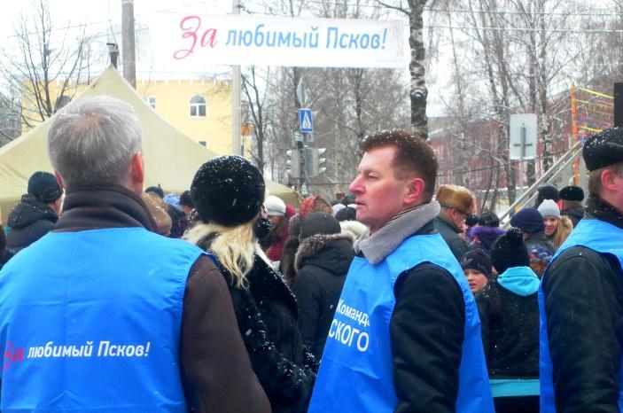 На городских выборах 2012 года кандидаты от «Единой России» шли под брендом «Команда Цецерского»