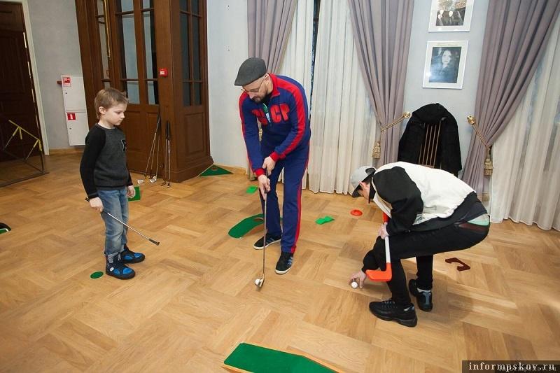 В ожидании начала церемонии можно было даже сыграть в мини-гольф