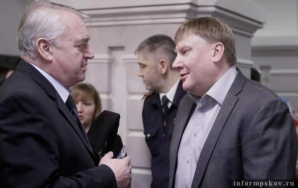 На фото: Виктор Антонов и Александр Братчиков перед началом церемонии вручения премии «Народное признание — 2016».
