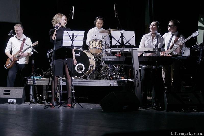 Праздничную атмосферу создавала живая музыка группы «Радиобенд»
