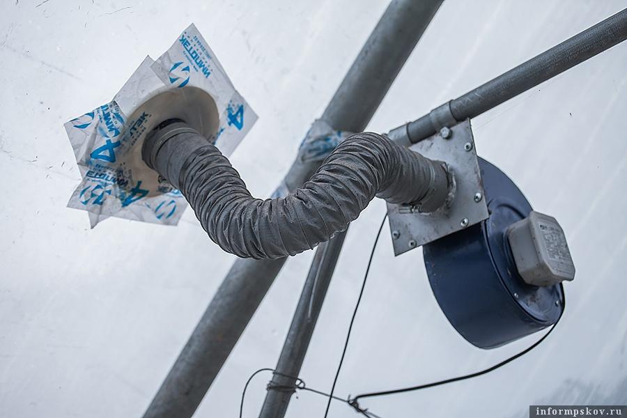 Тёплый барьер создаётся при помощи таких нагнетателей воздуха