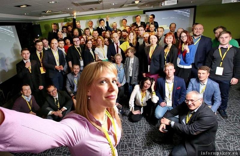 Мария Баронова (слева внизу) и Михаил Ходорковский (справа внизу). Фото из социальной сети