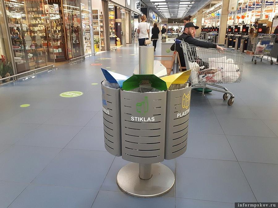 На фото: Урна для раздельного сбора мусора в Вильнюсе