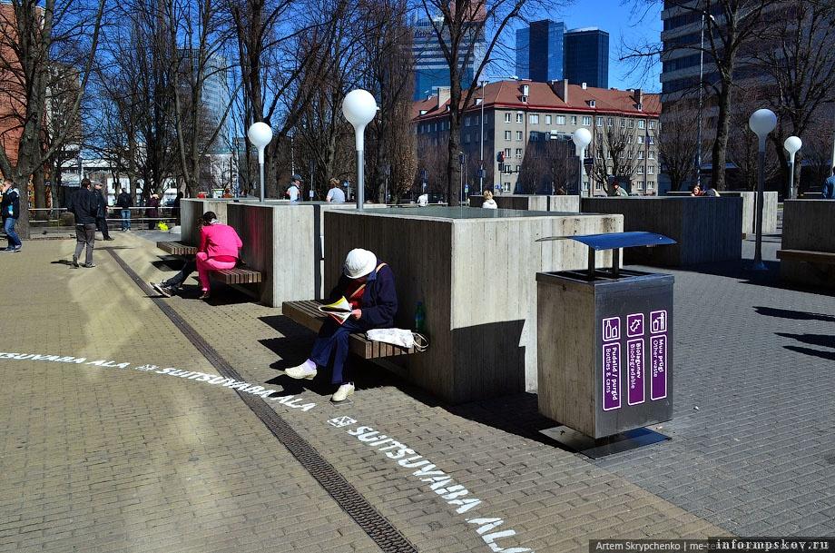 На фото: Урна для раздельного сбора мусора в Таллине