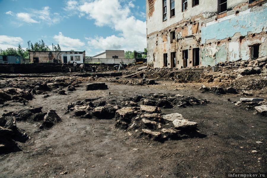 """На фото: """"Каменные пятна"""" - остатки древних фундаментов"""