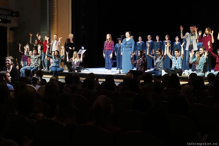 «Гвозди», хор «Кантилена» и ученики школы №5 открывают фестиваль «Другое искусство» жестовой песней